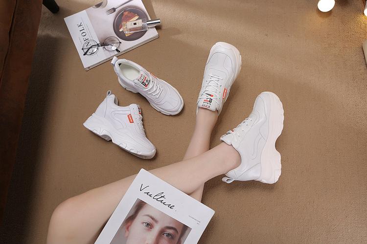 Nên ưu tiên lựa chọn những đôi giày có thiết kế đơn giản dễ dàng kết hợp với trang phục.