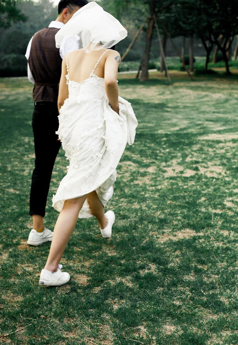 Mặc váy cưới đi giày thể thao 3