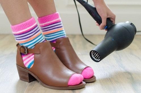 Bạn có thể dùng máy sấy ngay tại nhà là cách để làm giày rộng ra
