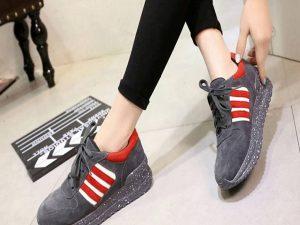 Thường xuyên đi giày trong nhà khiến cho giày rộng hơn