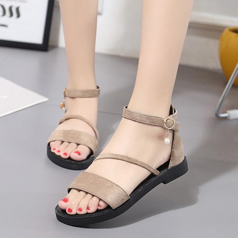 Dép sandal vô cùng tiện lợi cho các bạn nữ